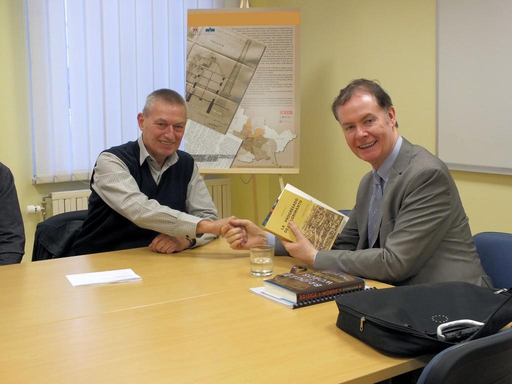 Gospodu dr. Seán Ó Riainanu smo podarili dve knjigi v esperantu avtorja Vinka Ošlaka (Foto: Zdravko Kokanović)