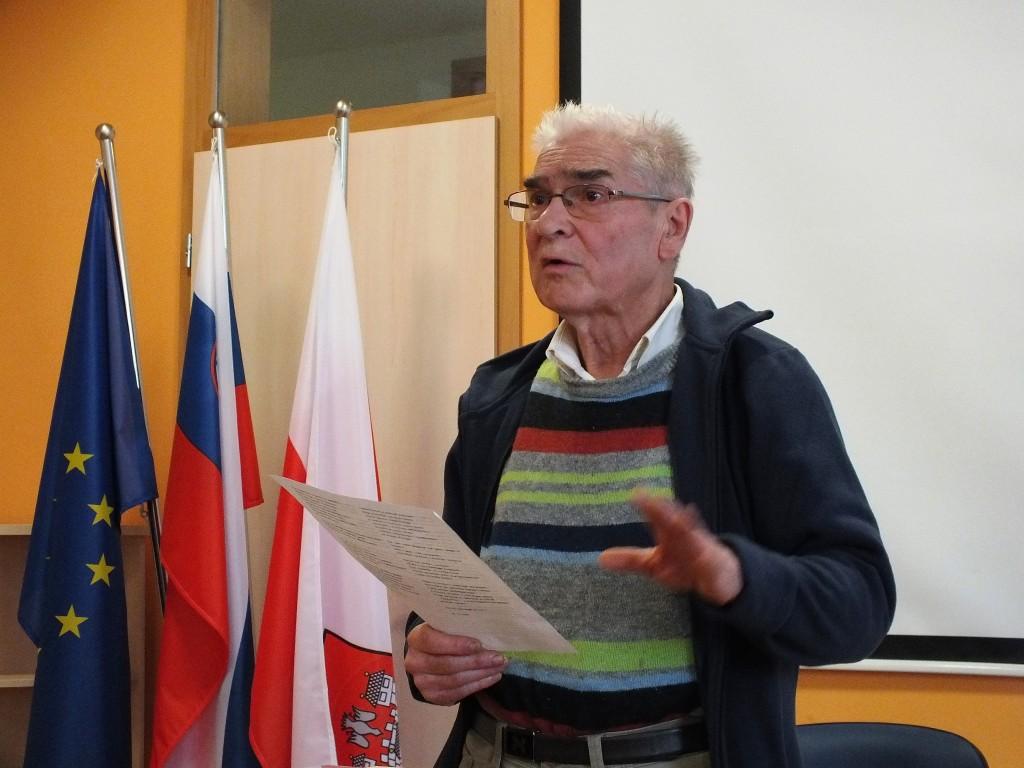 Zlatko Tišljar bere pesem Tibora Sekelja (foto: Zdravko Kokanović)