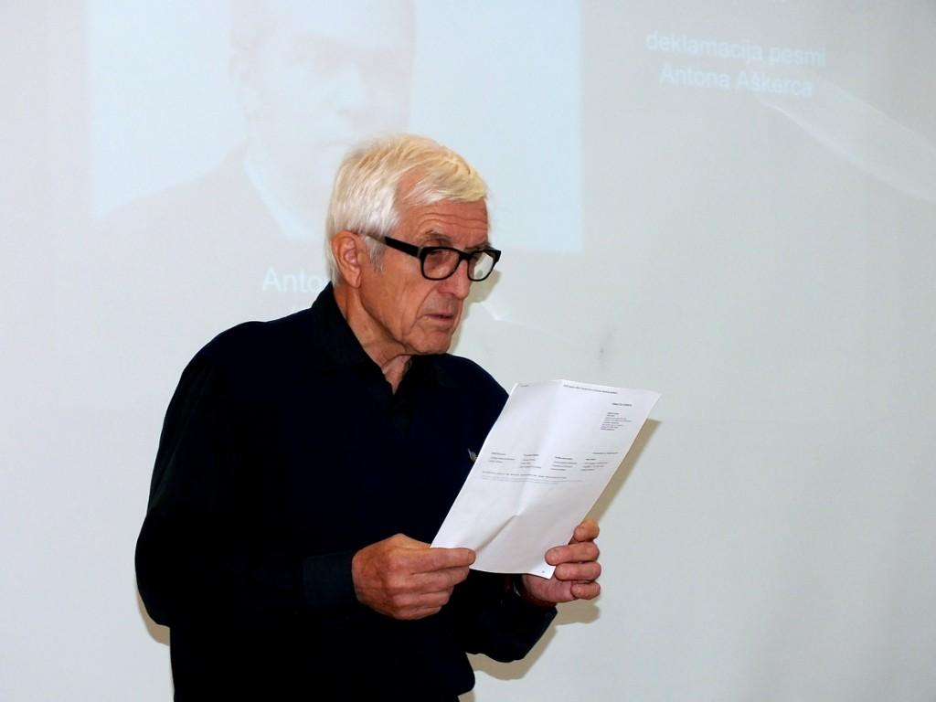 Tomaž Longyka bere Aškerčevo pesem (Foto: Andrej Rojc)