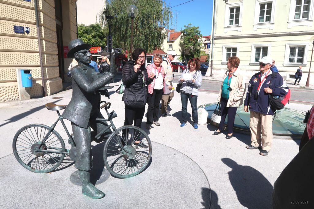 Ustavili smo se tudi pred kipom Josipa Pelikana, celjskega fotografa češkega rodu, ki je prav tako nastal izpod rok kiparja Vasilija Ćetkovića